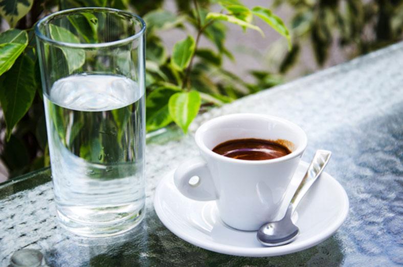 зачем в кафе подают воду к кофе
